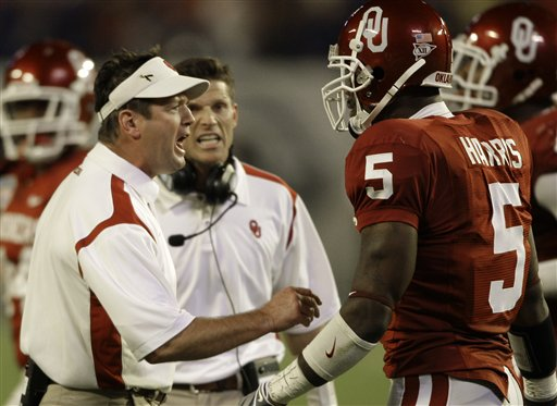 Bob Stoops  talks  Nic Harris(5) during  the  national championship  game ..............