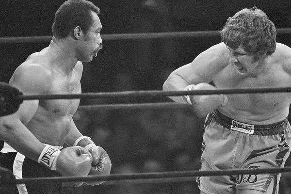 Norton  faces   Duane  Bobick  in a  heavyweight   bout .