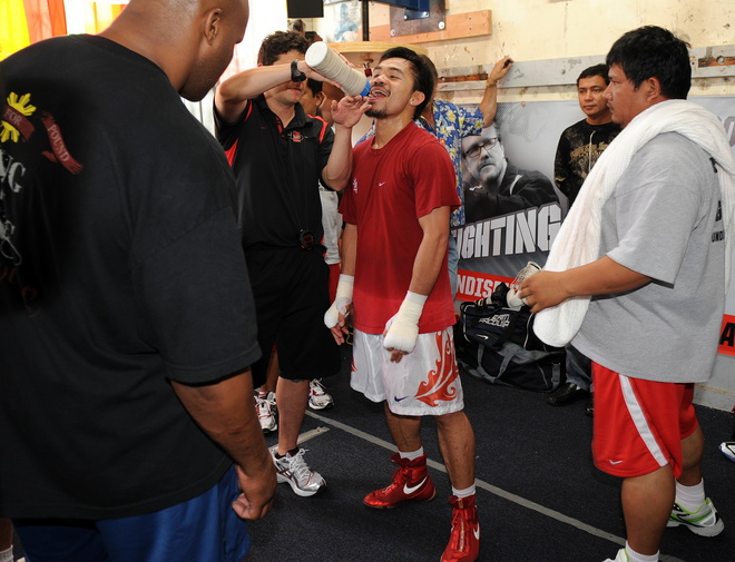 A water break is   needed   for the  thirsty  Fillipino  fighter  Manny  Pacquiao.
