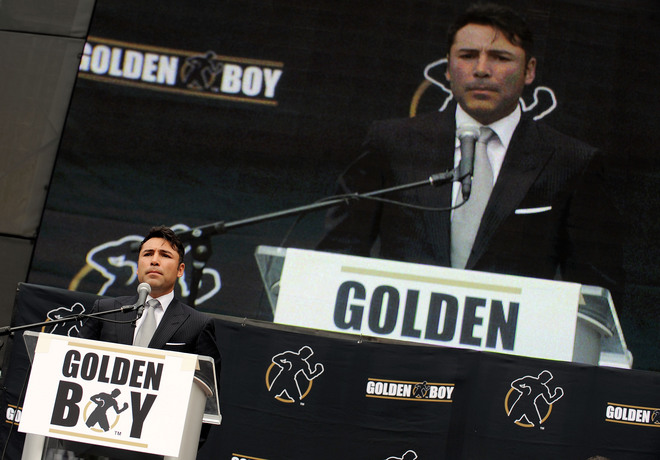 De La  Hoya  at the dais  formally makes the   announcement  of  his  impending  retirement  from the  sport before  the  convened  press at  the  Staples Center   in Los  Angeles California.