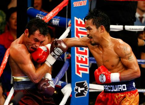 De La Hoya is   unable  to  defend   himself  in  his  bout against  Manny  Pacquaio ......