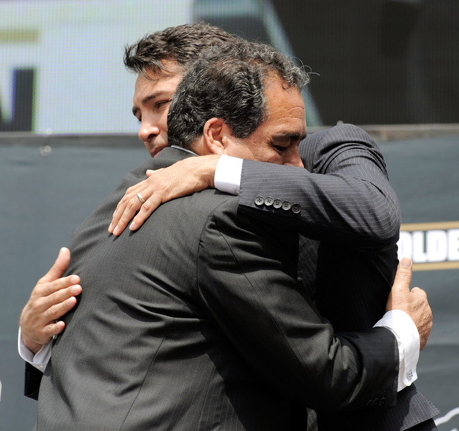 Oscar  De La Hoya  hugs his father  Joel   having  just  made  the  announcement  of  his retirement  from the  sport of boxing.