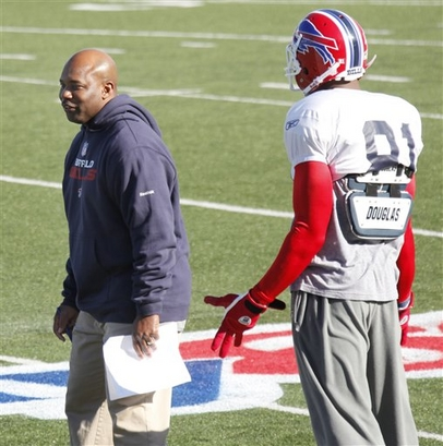 Buffalo Bills interim head coach Perry Fewell talks with Bills' Terrell Owens (81) during NFL football practice in Orchard Park, N.Y., Wednesday, Nov. 18, 2009. Fewell takes over after Dick Jauron was fired as head coach on Tuesday.    picture  appears  courtesy of  ap/photo/ David  Duprey .................