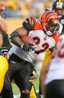 Cedric Benson #32  of the Cincinnati Bengals runs against the Pittsburgh Steelers at Heinz Field on November 15, 2009 in Pittsburgh, Pennsylvania. The Bengals won 18-12.  picture appears courtesy of  getty images/ Rick  Stewart .........