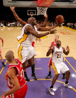 Lamar Odom of the Los Angeles Lakers shoots against the Houston Rockets on November 15, 2009 at Staples Center in Los Angeles, California.   picture  appears courtesy of  getty images/ Stephen  Dunn   ..............