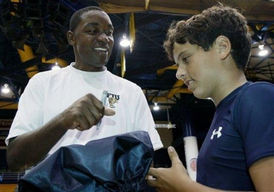 Thomas  seen  here  with a  young   FIU  fan  at  the Panthers'  Alumni  Basketball  Preview  .