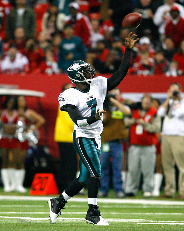 Atlanta, Ga,. December 6th 2009. Michael Vick (#7) of the Philadelphia Eagles passes for a completion against the Atlanta Falcons at Georgia Dome on December 6, 2009 in Atlanta, Georgia.  picture appears  courtesy of Getty Images/ Kevin C. Cox .....