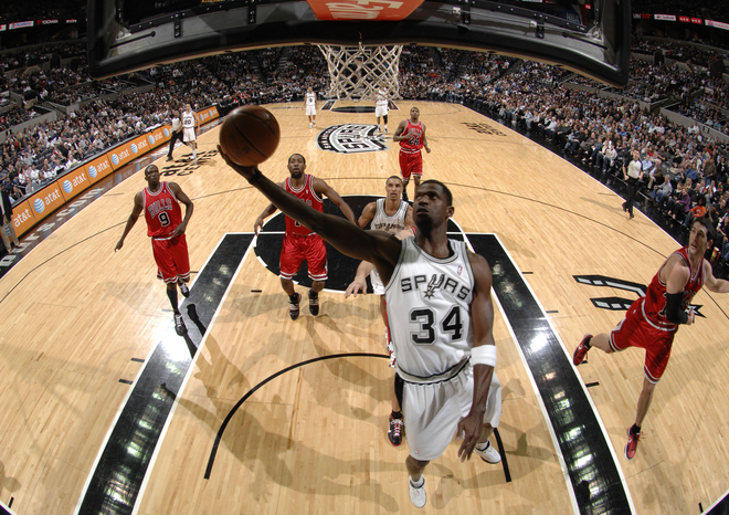 Antonio McDyess (#34) of the San Antonio Spurs shoots against the Chicago Bulls on January 25, 2010 at the AT&T Center in San Antonio, Texas.
