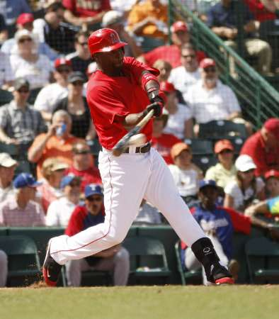 Los Angeles Angels' Torii Hunter(notes) hits a single against the Texas Rangers in the fourth inning during a MLB spring training game in Tempe, Arizona March 25, 2010. REUTERS/Rick Scuter