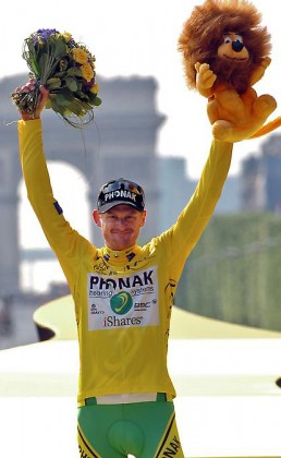 """Yellow jersey USA's Floyd Landis (Phonak/Swi) celebrates the yellow jersey as overall leader on the podium of the 154.5 km twentieth and last stage of the 93rd Tour de France cycling race from Sceaux-Antony to Paris Champs-Elysees, 23 July 2006. American Floyd Landis succeeds compatriot Lance Armstrong as the Tour de France champion. Armstrong retired last year after winning seven straight titles. Landis would later be stripped of his title when it was proven that the rider had unusually high levels of a banned growth hormone in his system. We now know that he'd been in fact a """"steroid abuser"""" . AFP PHOTO / BERNARD PAPON (Photo credit should read BERNARD PAPON/AFP/Getty Images)"""